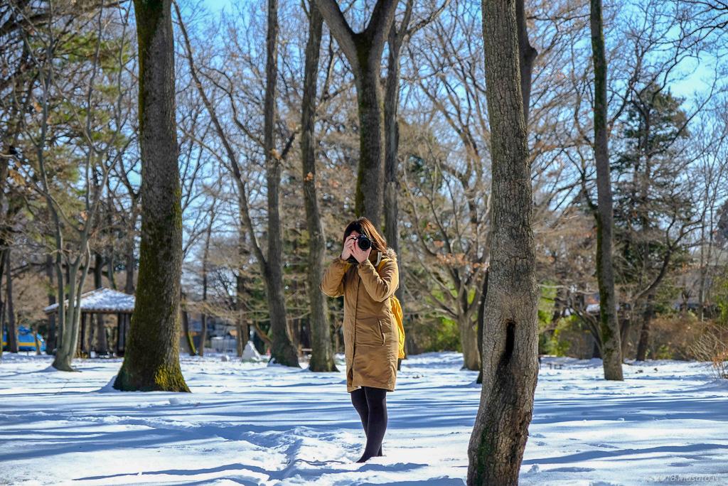 雪の中でカメラを構えるはちさん