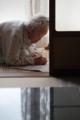 京都新聞写真コンテスト 新聞を見る老婆