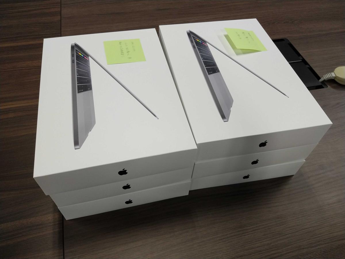 積み上げられたMacBook Pro
