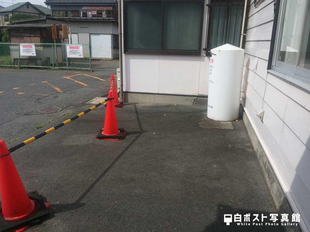 駅前スペースの角地に接地
