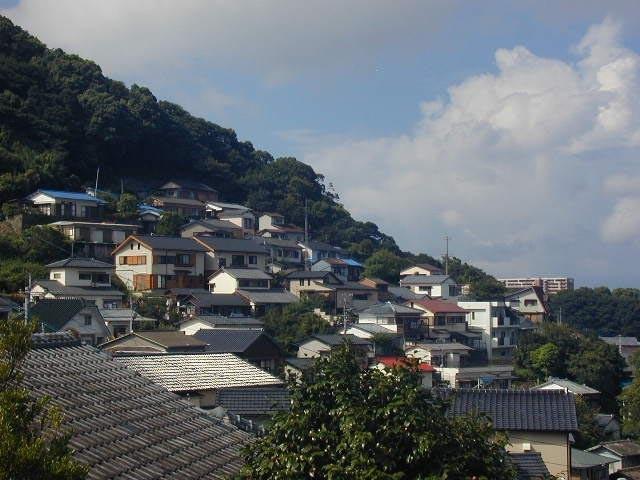 山の斜面に住宅地が続く