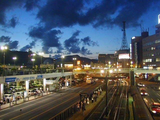 夕暮れの長崎駅前