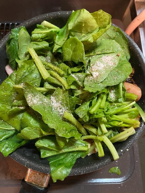 料理写真_青梗菜と菜っ葉を加え出汁塩を適量加え炒める