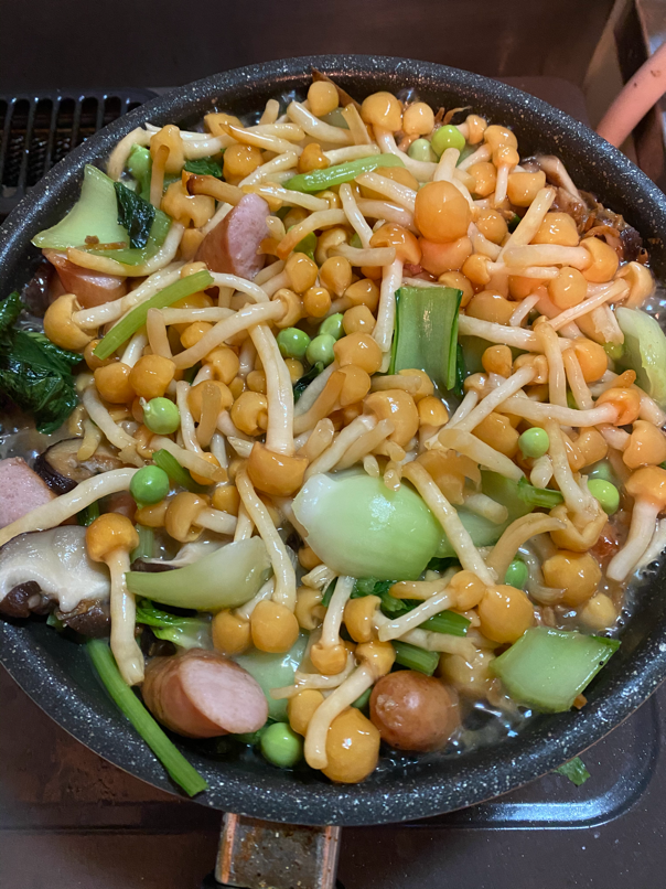 料理写真_なめことインゲン豆を加えさらに炒める