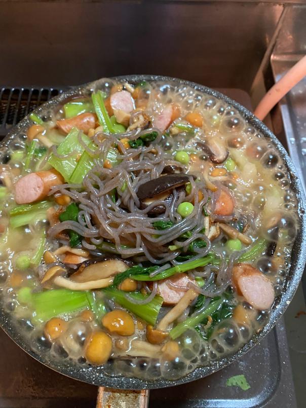 料理写真_全体的に炒まったらしらたきとしらたきの煮汁を加え汁気がなくなるまで炒める