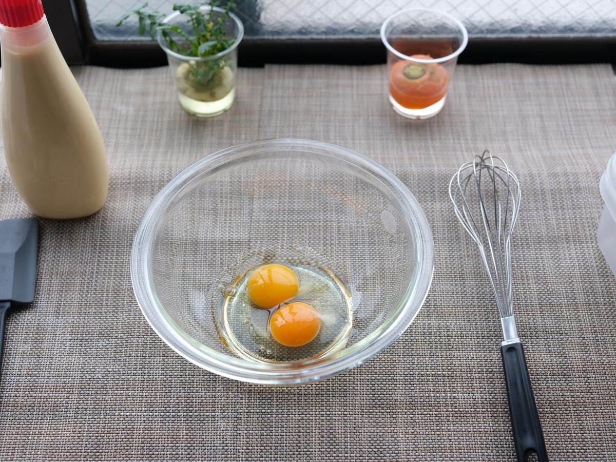 料理写真_卵をボウルに入れる
