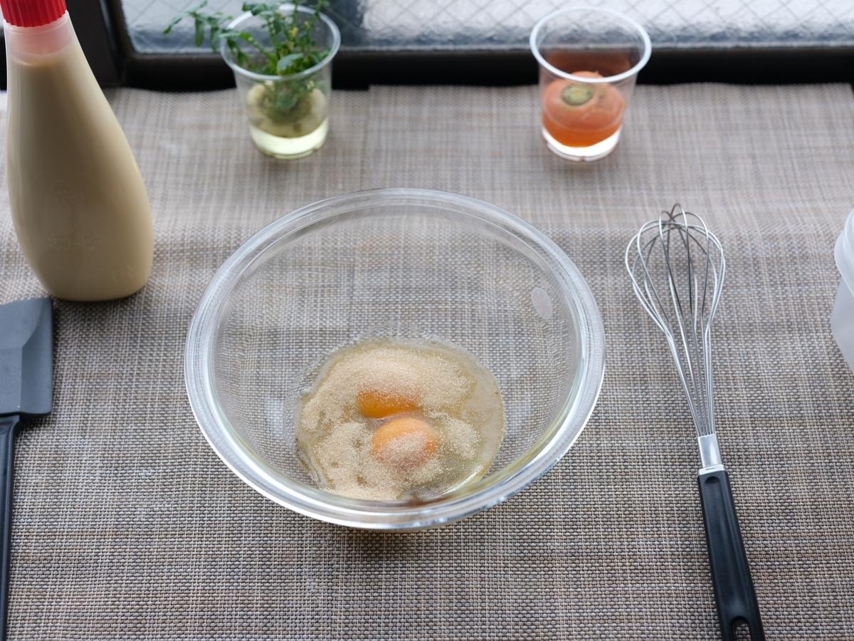 料理写真_卵をボウルに入れ、その中にラカントSを加え混ぜる
