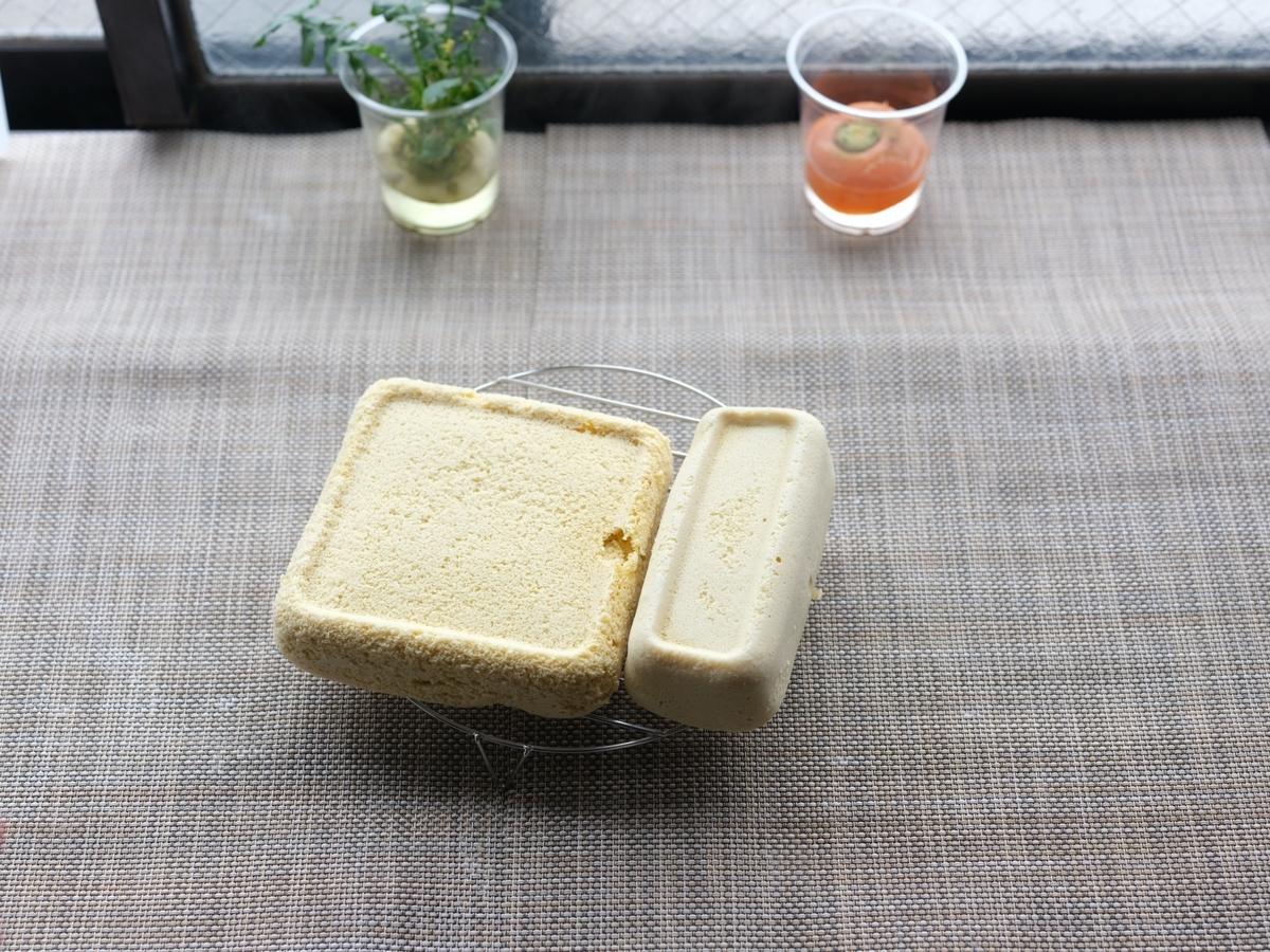 料理写真_ケーキをケーキクーラーに載せる