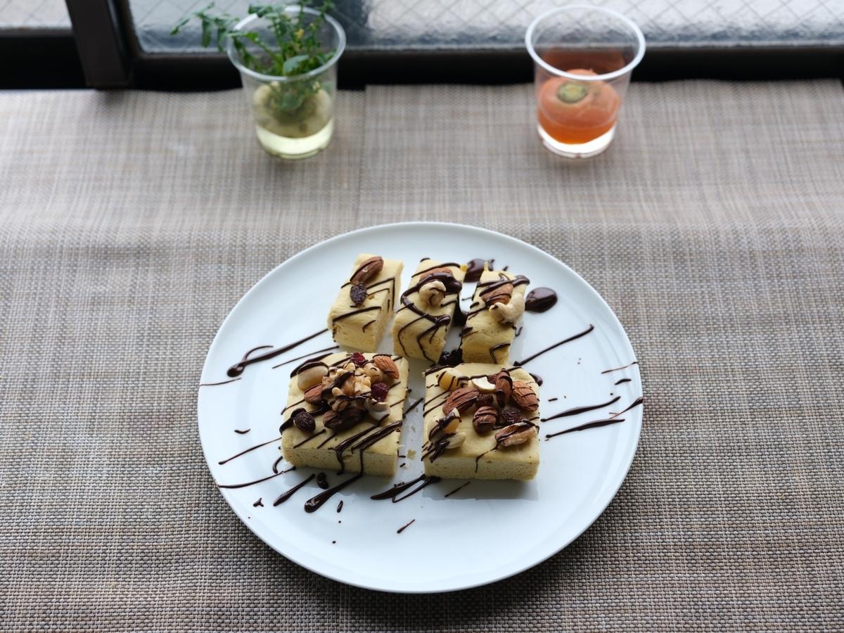 料理写真_蒸しパンにナッツとチョコソースをかけ盛り付けた その1