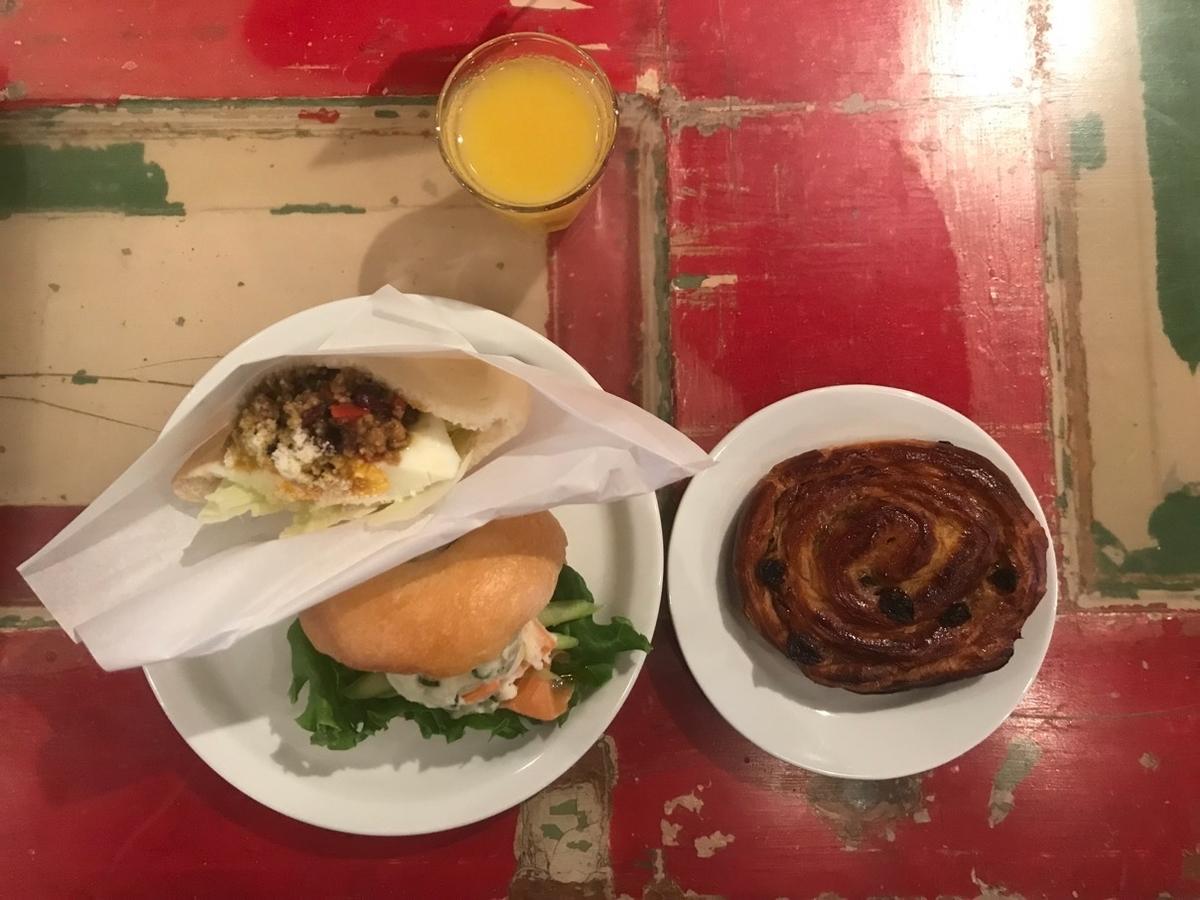 写真_お皿にパン、ジュースがテーブルに乗っている