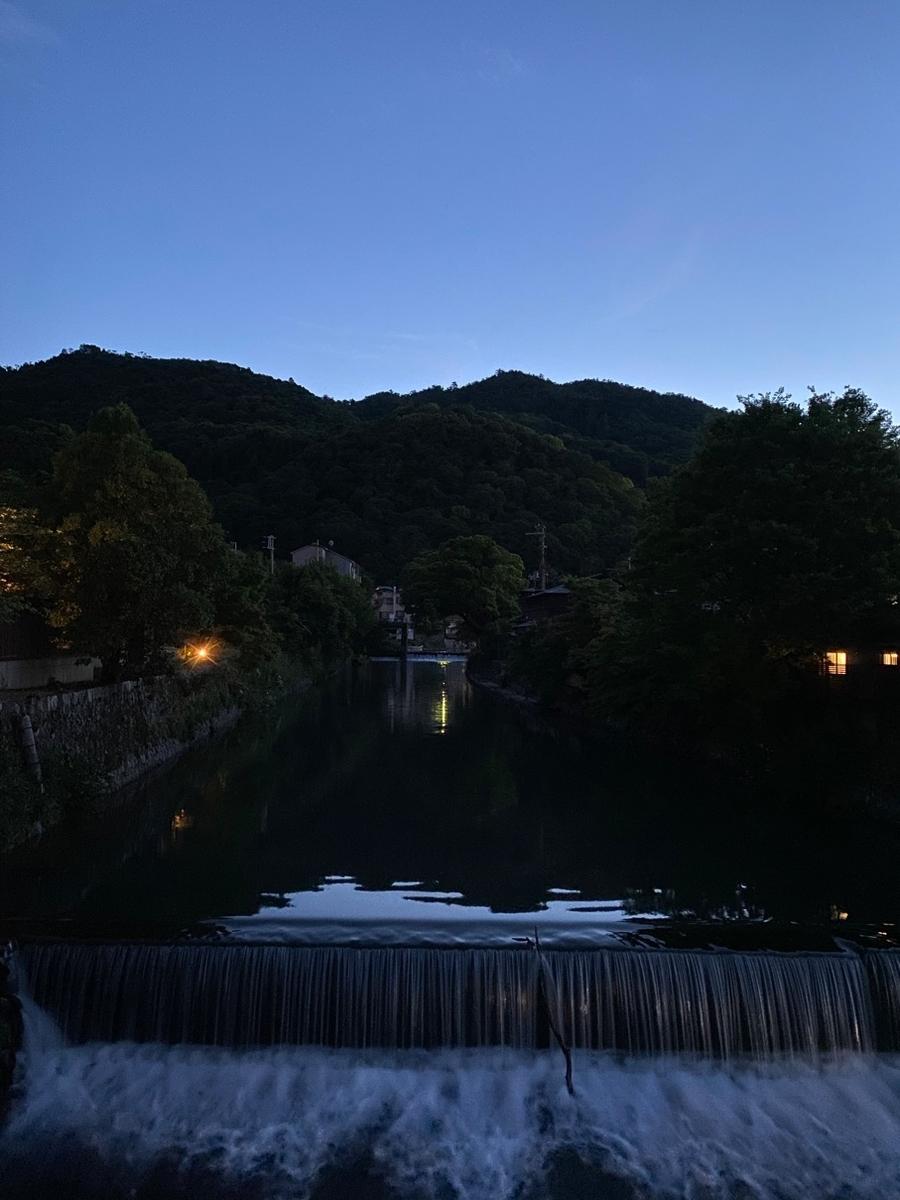写真_流れている川と小さな滝が映っている