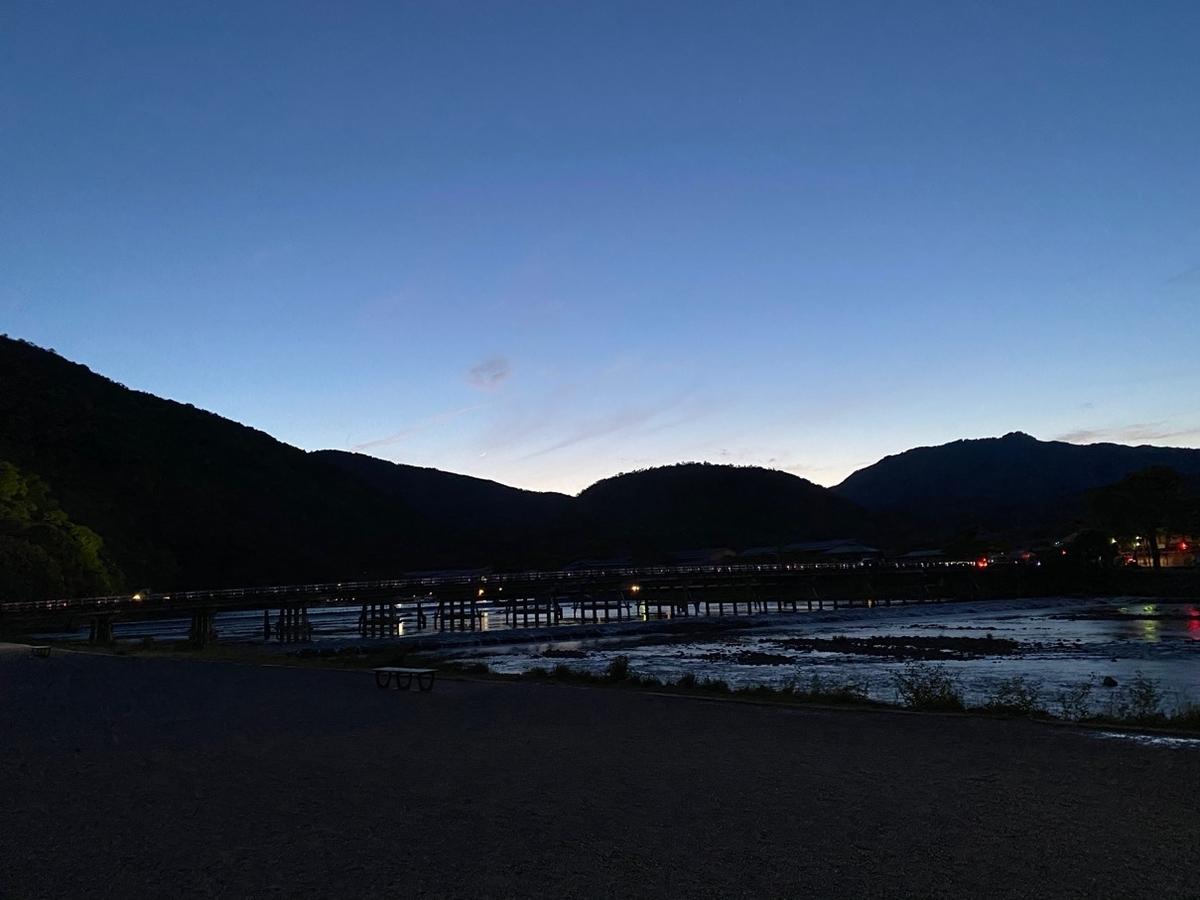 写真_山から川が流れている