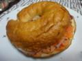 Timiのスモークサーモンクリームチーズベーグル