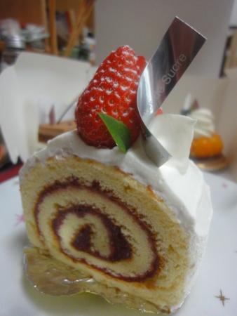 シュークリーの苺のロールケーキ