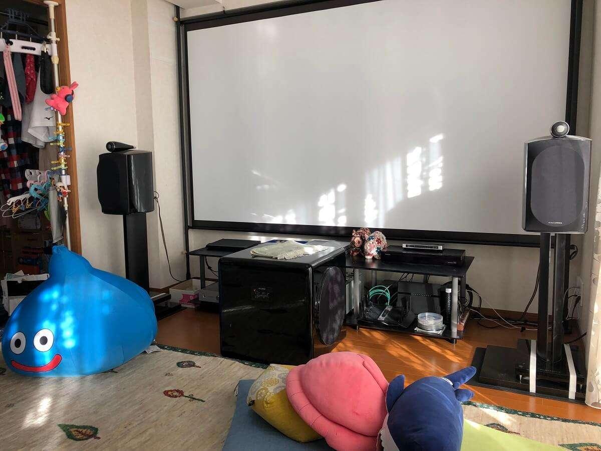 スクリーンはシアターハウス 掛け軸タイプの110インチ