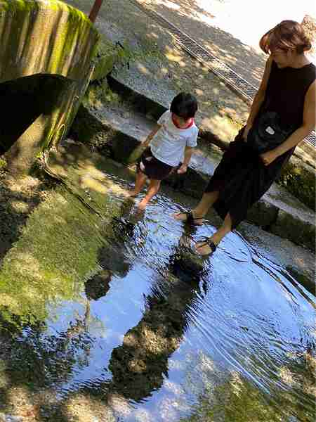 【スザンヌの妹マーガリンの子育てブログ】本当にいたんだ!青い蜂、葉祥明阿蘇高原絵本美術館と、パワー溢れる塩井社水源へ
