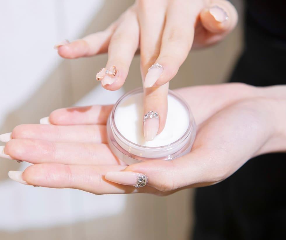 エフナチュレは指でとって塗り込む。垂れないので便利
