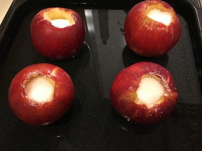 水を貼った天板に入れられたリンゴ