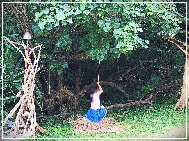 ロープに飛び乗る娘