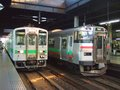 [鉄道][キハ143系][731系][貫通幌]024:札幌駅(左)札沼線キハ143と(右)函館本線731系の並び/080725