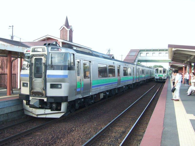 055:札幌行き(右)到着。対向列車はまたキハ201系/石狩太美駅2008.07.25