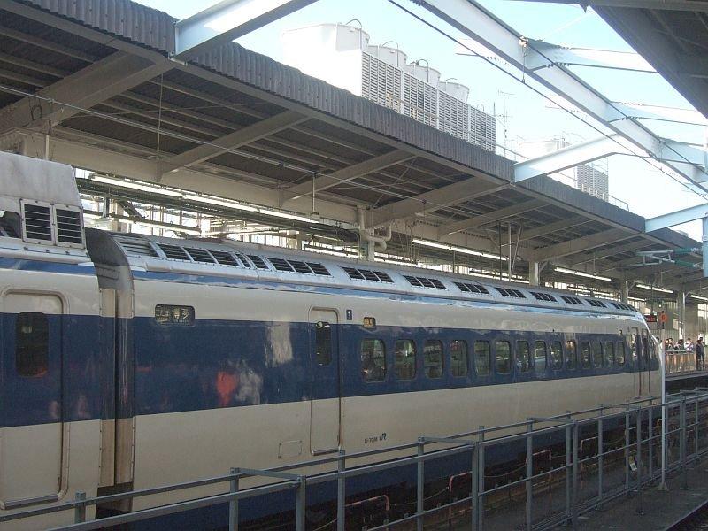 0系新幹線・こだま639号(R61編成)1号車(21-7008)後方アングル/新大阪駅2008.