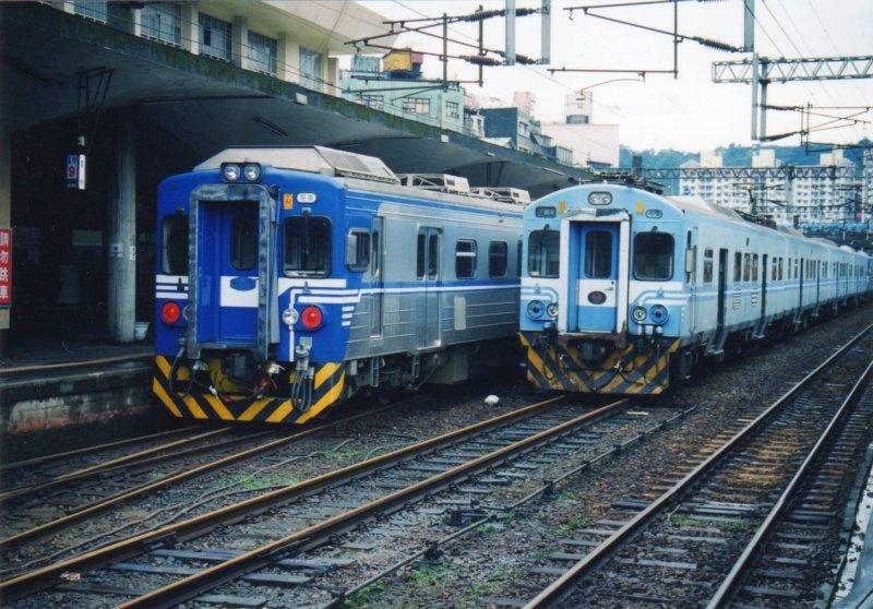 台湾鐵路管理局EMU500(左)EMU400(右)オリジナルスキャン@基隆駅:1998年1月