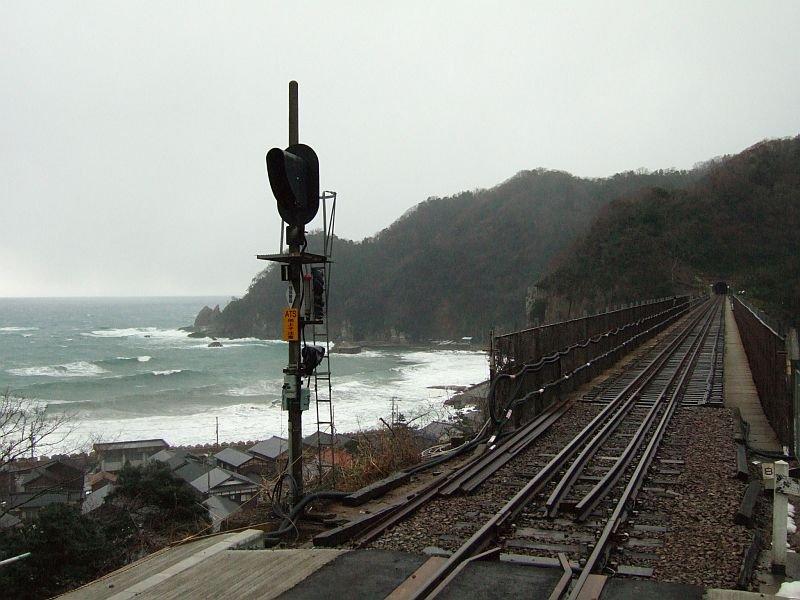 餘部探訪(60)餘部駅ホーム先端から信号機と冬の日本海080113