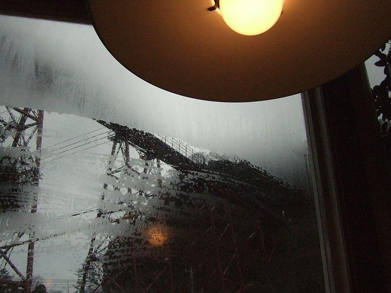 餘部探訪(71)橋の下の喫茶店から…余部鉄橋橋脚とランプシェード080113