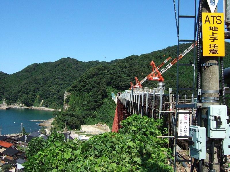 餘部探訪(230)餘部駅構内踏切から-信号機、橋脚、海