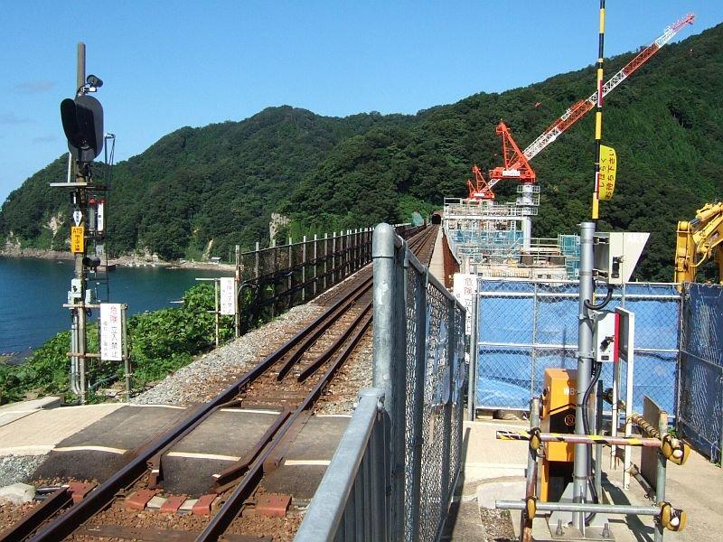 餘部探訪(246)餘部駅-構内踏切、鉄橋と日本海090814