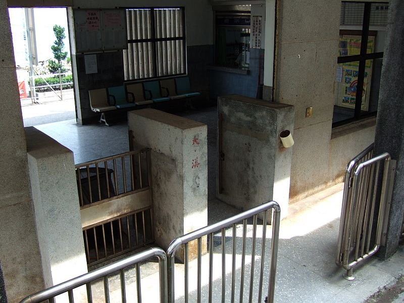 ★491:宜蘭線・大溪車站/改札口から待合室100619