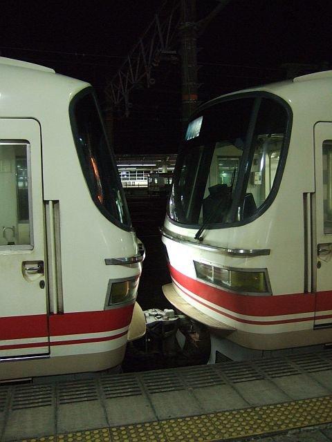 ☆055:左/名鉄1200系(1411F)+右/1800系 豊橋駅090905