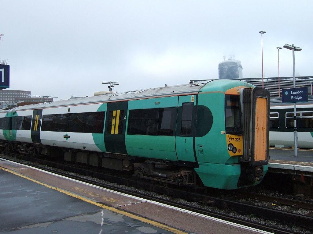 ☆038:Southern/ Class377 Electrostar (377325等10両) London Bridge駅