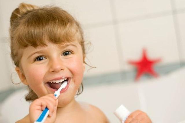 歯磨きしている女の子