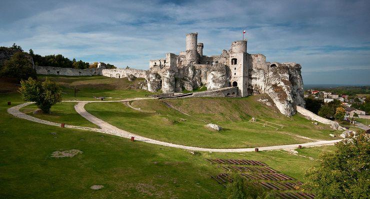 ウイッチャー第8話の城、ポーランドのオグロジェニエツ城