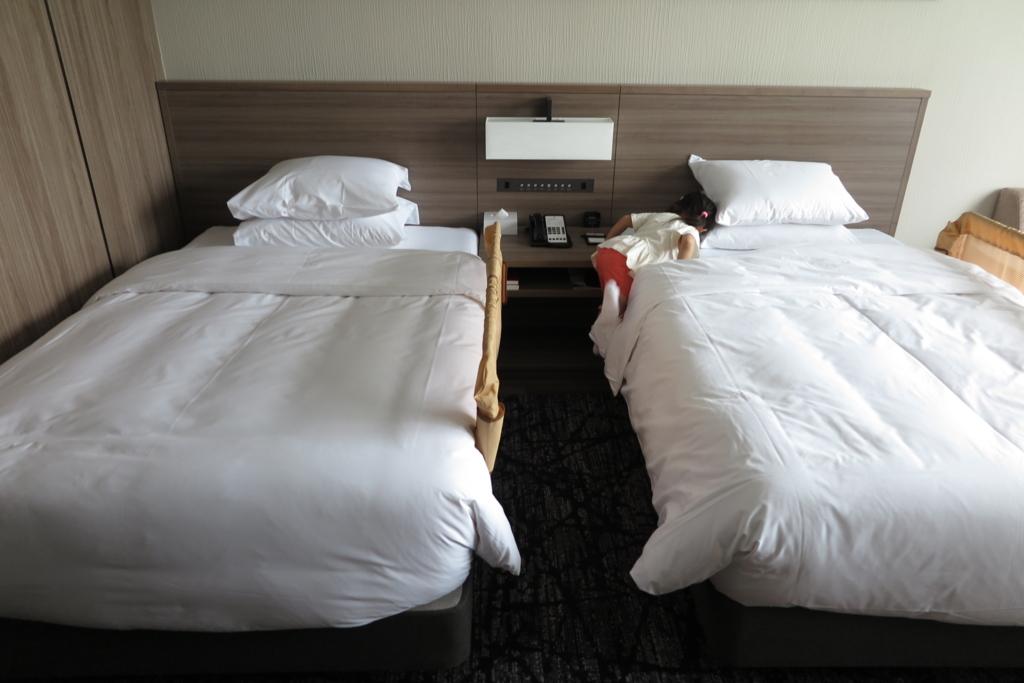 ベッドカード付きのベッド2台