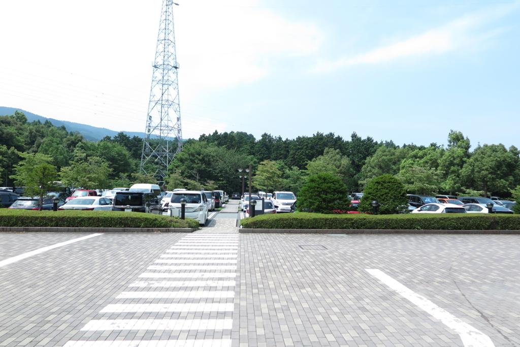 車寄せからから見た駐車場