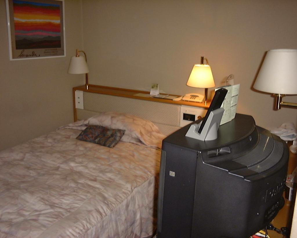 1999年に宿泊した札幌グランドホテルのシングルルーム。ブラウン管TVが時代を感じさせます。