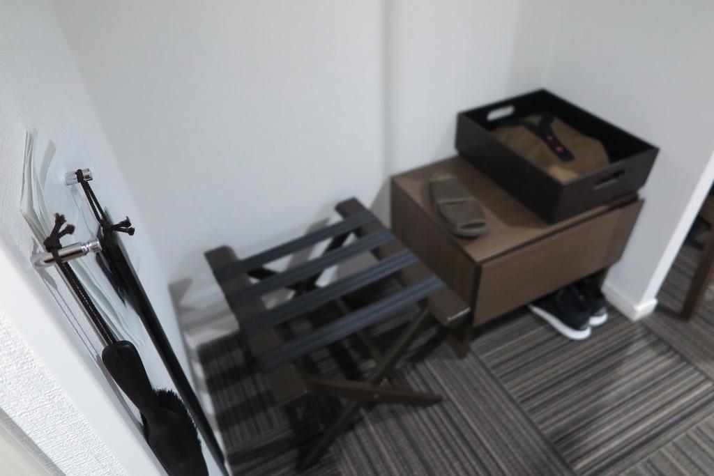 ピンボケですが、部屋着とスリッパ、荷物置き場