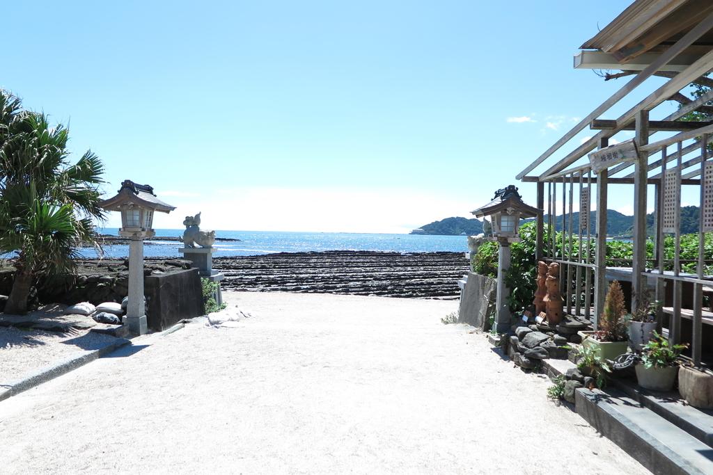 青島神社参道から見える海岸