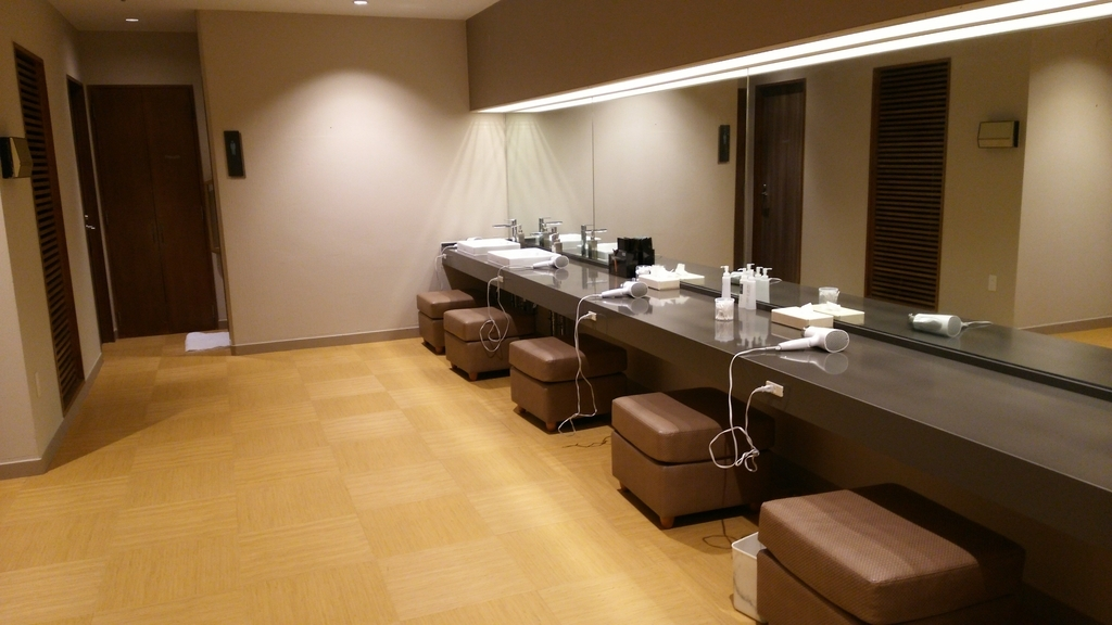 温泉スパ(大浴場、水着着用ゾーン)のパウダールーム