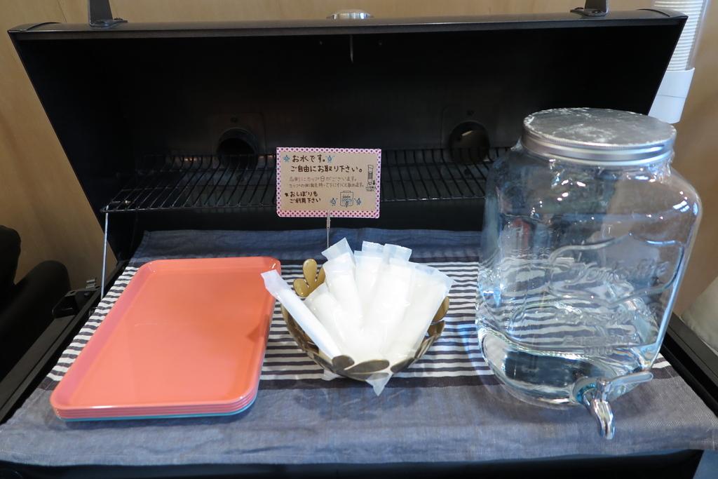 無料のお水、ウェットティッシュ