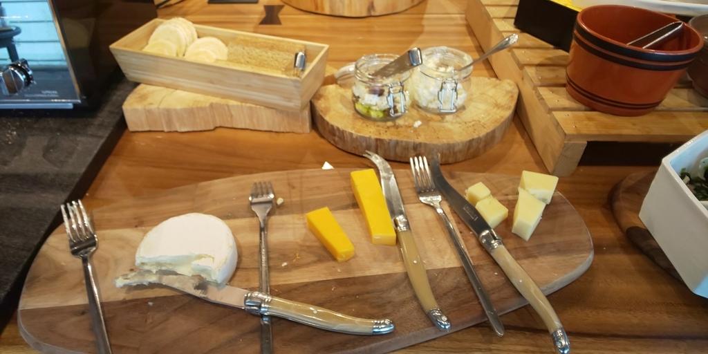 朝食 複数種類のチーズ