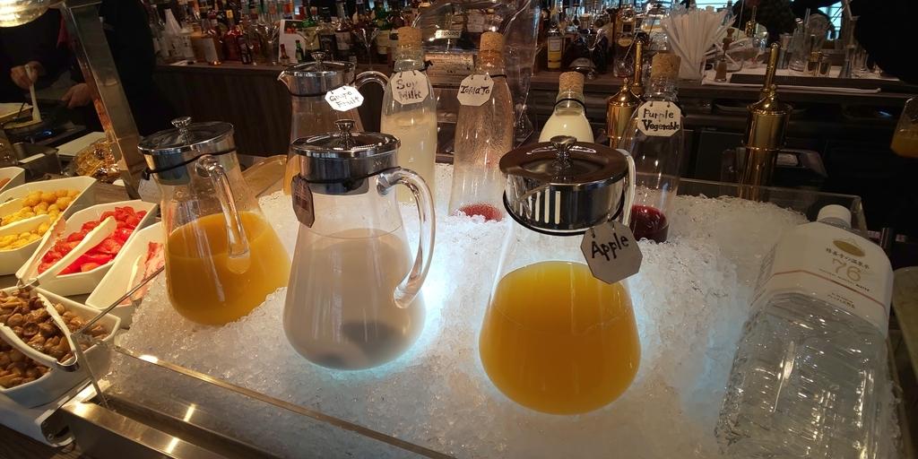 朝食 果物のジュースなど