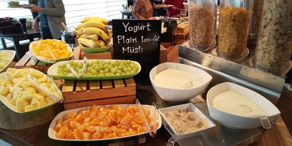 朝食 シリアル、ヨーグルト、フルーツ