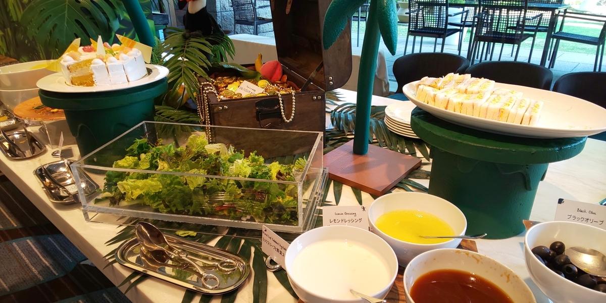 卵とハムのフィンガーサンドイッチ、サラダなど