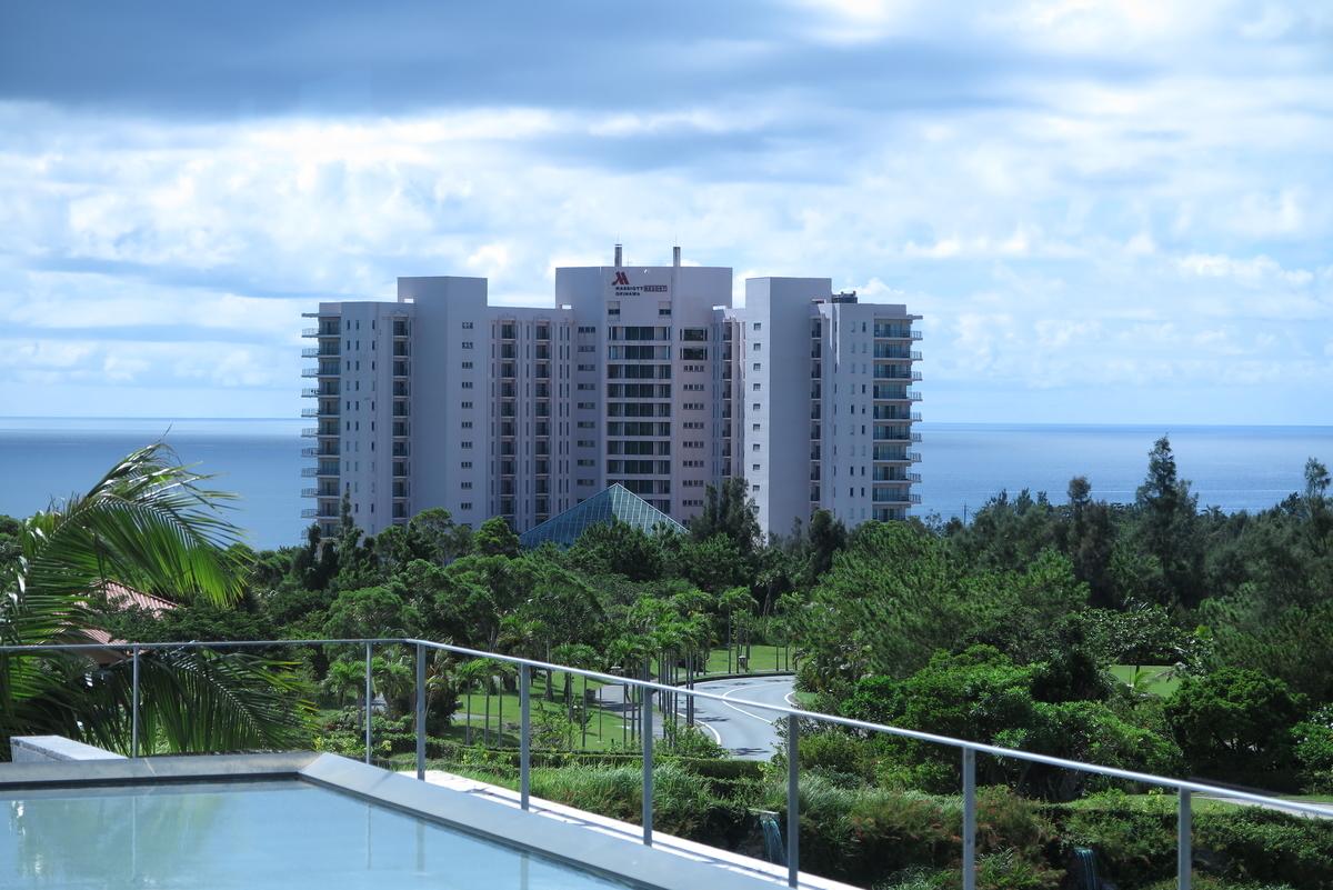 オキナワマリオットリゾート&スパ外観(ザ・リッツ・カールトン沖縄から撮影)