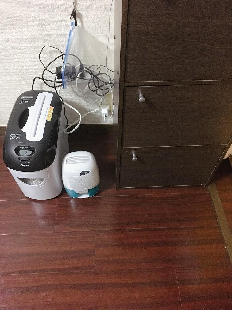 シュレッダーとミニ除湿器。配線が気になる