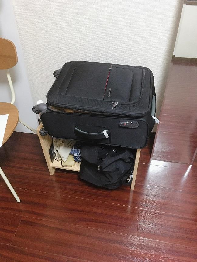 部屋の中でスーツケースで暮らす過ごす